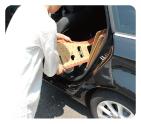 分解した段ボールゆりかごは車の後部座席へも積み込めます